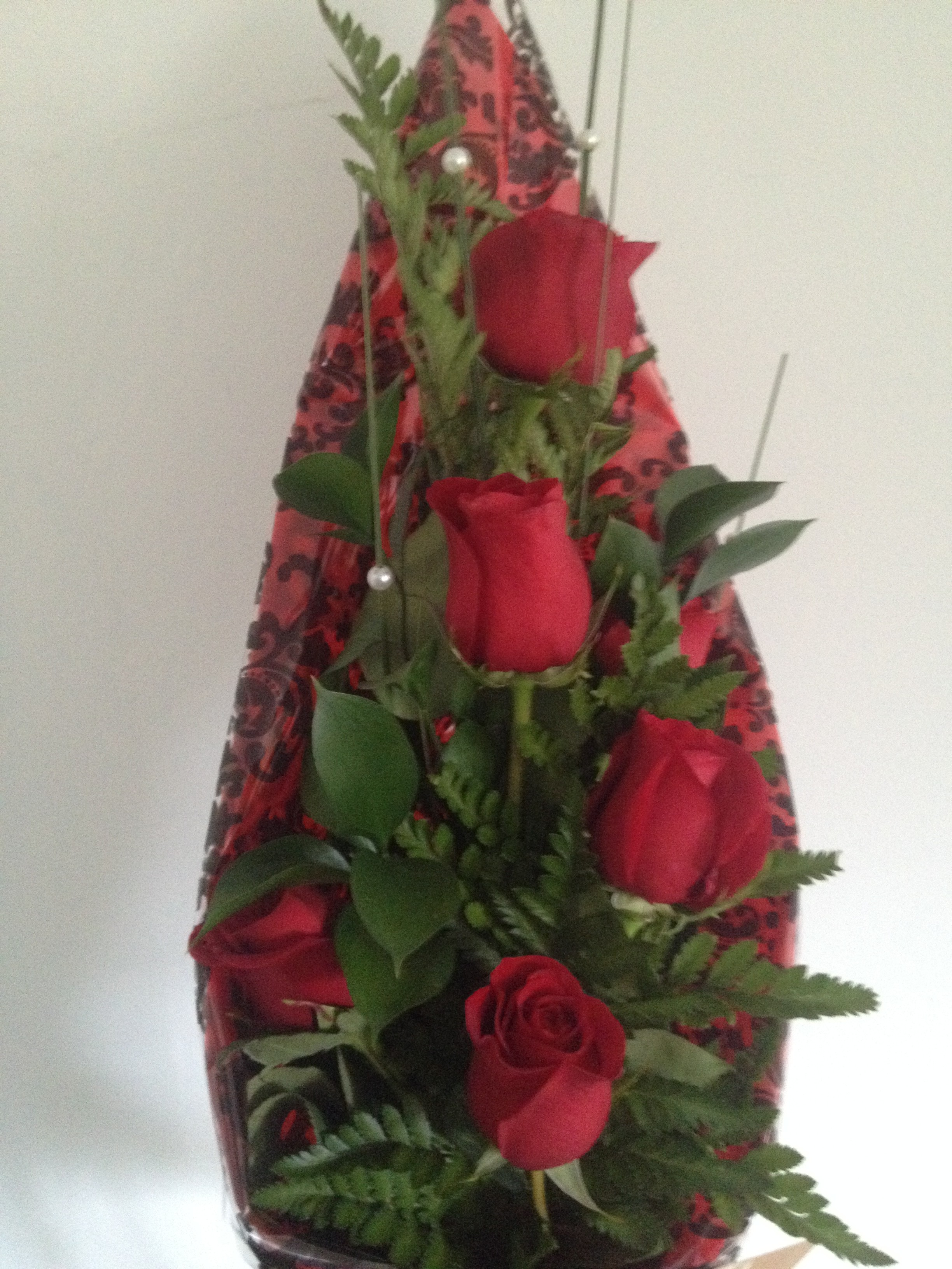 6 red roses on a modern kite design